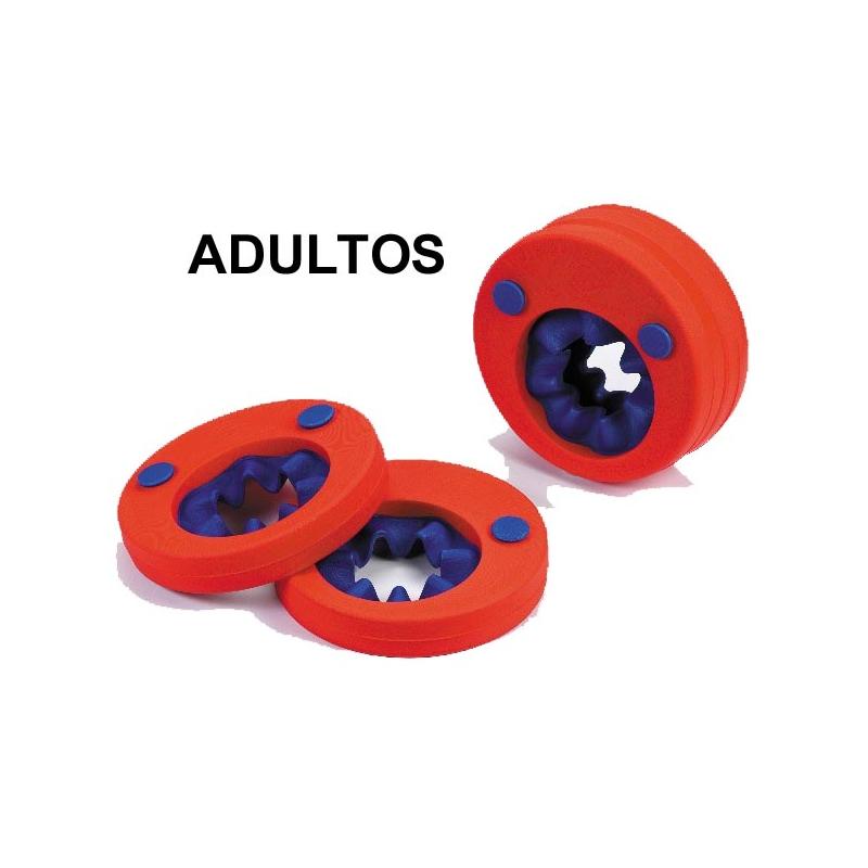 Imagen de un adulto con flotadores de brazo