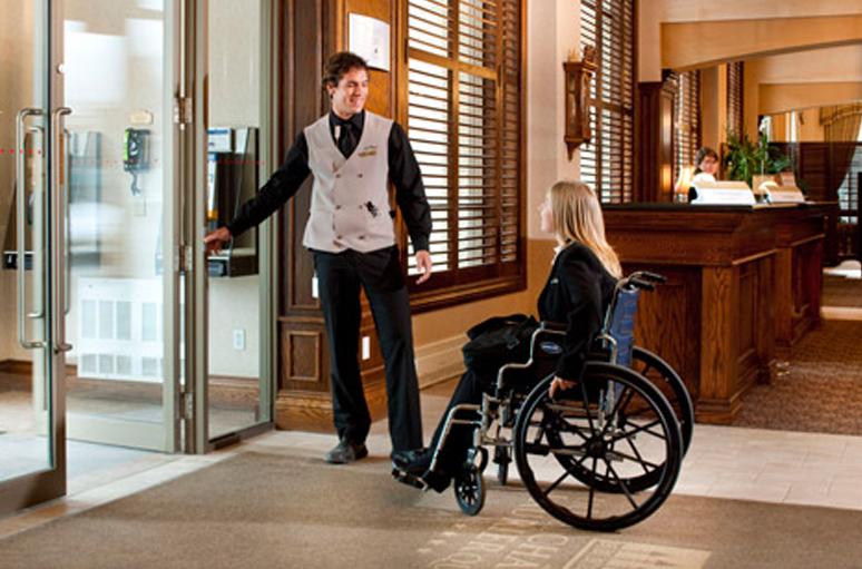usuario-silla-ruedas-hotel
