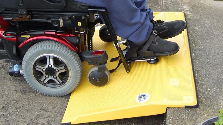 Cómo elegir correctamente una rampa de acceso para sillas de ruedas