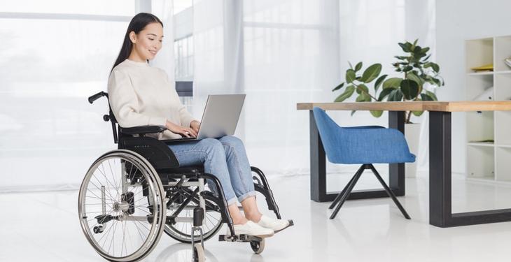 Consejos para sentar a una persona en una silla de ruedas con la postura adecuada