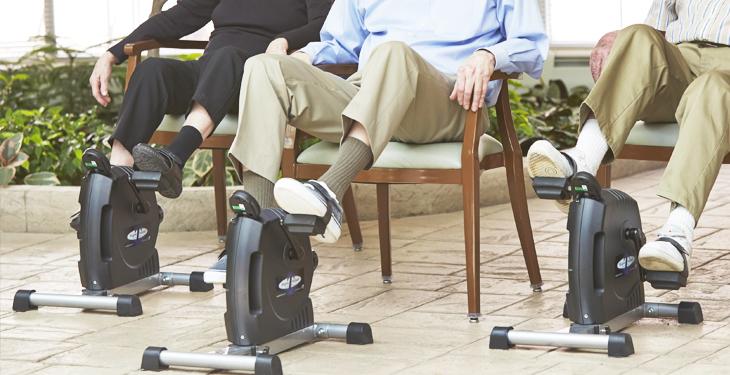 ¿Sabías el uso de aparatos con pedales estáticos mejora el estado de forma de las personas mayores?